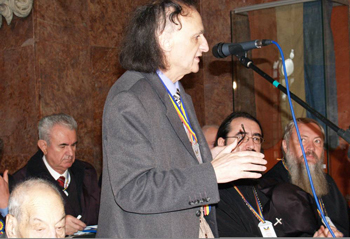 Grigore Vieru vorbind la Congresul Spiritualitatii Romanesti, din 2 Decembrie 2008 - Alba Iulia, Sala Unirii (fotografie din arhiva poetului Dan Lupescu incredintată lui IPT în 18 I 2009).