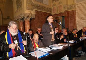 Grigore Vieru (la microfonul central) vorbind Congresului Spiritualitatii Romanesti, din 2 Decembrie 2008 – Alba Iulia, Sala Unirii (fotografie din arhiva poetului Dan Lupescu).